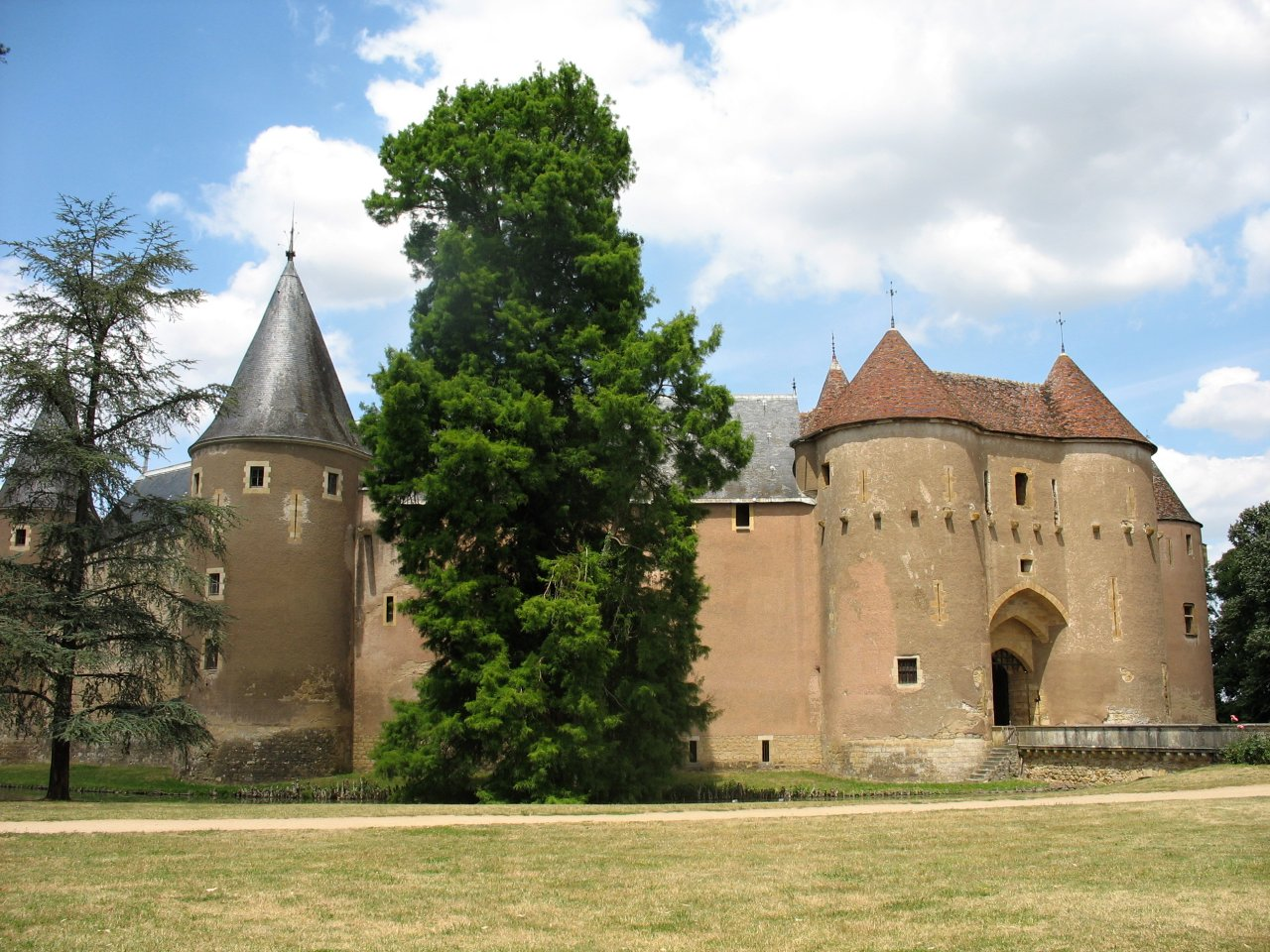 Ainay-le-Vieil, Castles in France